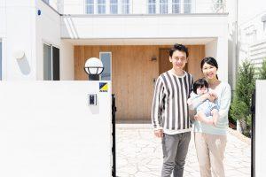 新居の前の家族