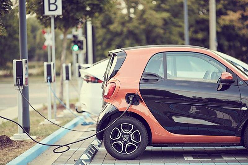 電気自動車(充電中)
