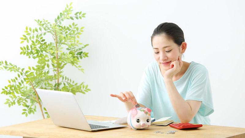 アルヒマガジンメインイメージ(豚の貯金箱と女性)
