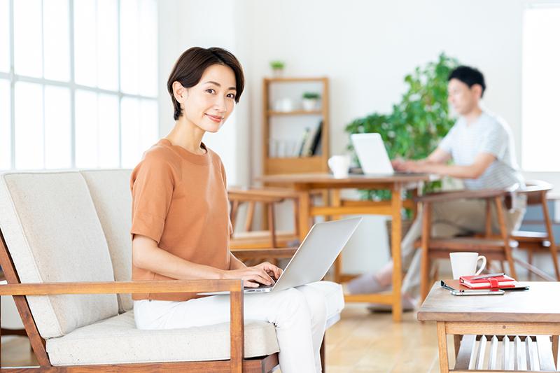 アルヒマガジンメインイメージ(パソコンを使う女性)