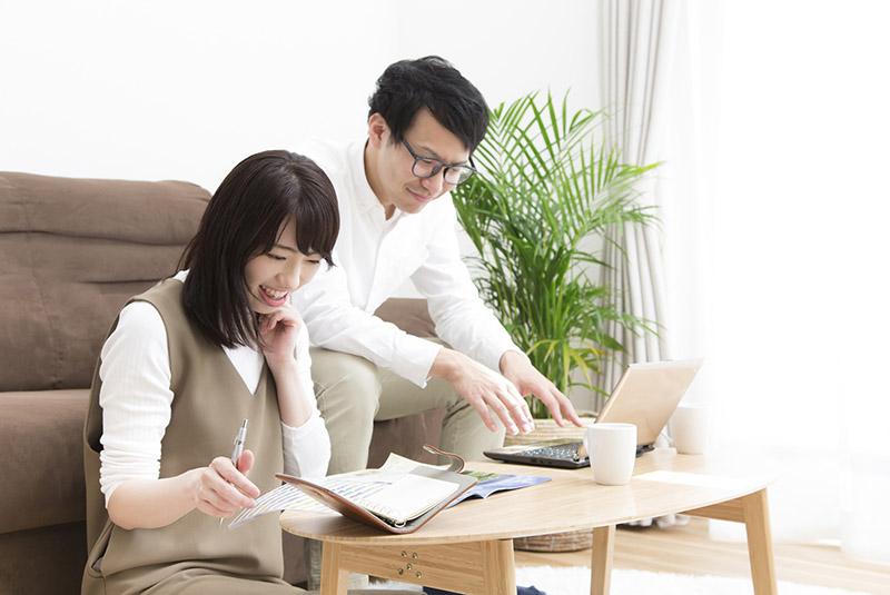 注文住宅総合カタログを見る夫婦