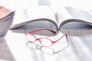 住宅カタログと眼鏡