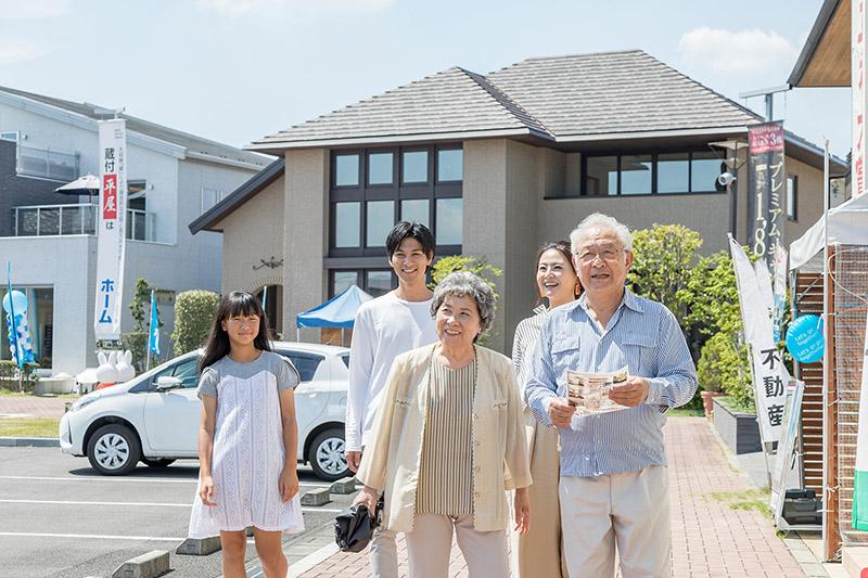 住宅展示場を訪れた家族