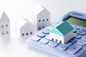 電卓とミニチュアの家