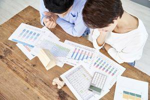 住宅購入費用を検討する夫婦